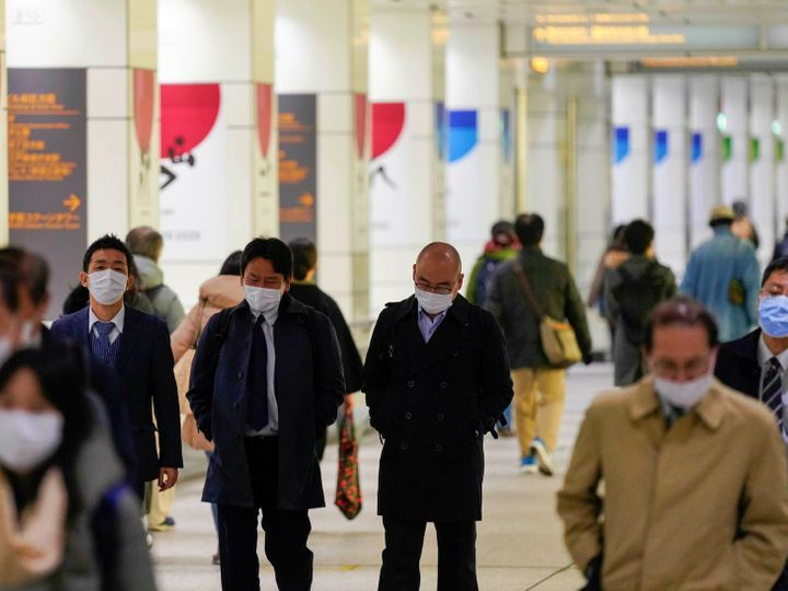 શુક્રવારે ટોકિયોના શિંજૂકુ માર્કેટ પ્લેસ ખાતે ઉપસ્થિત લોકો.